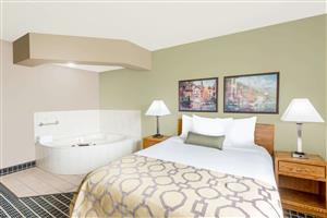 Suite - Baymont Inn & Suites Marshalltown