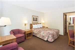 Room - Days Inn Dubuque